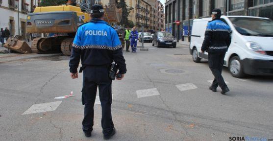 Dos policías locales dirigen el tráfico durante el pasado mes de abril.