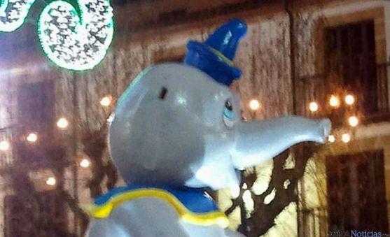 El muñeco Dumbo 'desorejado' en Herradores durante la Cabalgata.