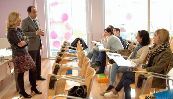 El delegado, Manuel López y la concejal Teresa Valdenebro con los alumnos.