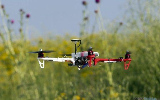 Un dron sobre el campo. / priv.gc.ca
