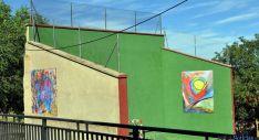 El frontón, con reproducciones de las obras de Alberto Delso.