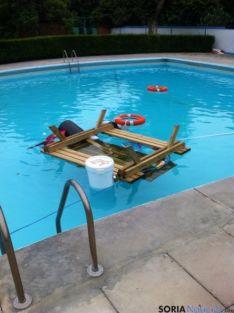 Meterial lanzado a la piscina/Ayto. Ágreda