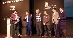 El presidente de la Diputación (segundo izda.) muestra una trufa soriana este miércoles en Fitur. / Dip.