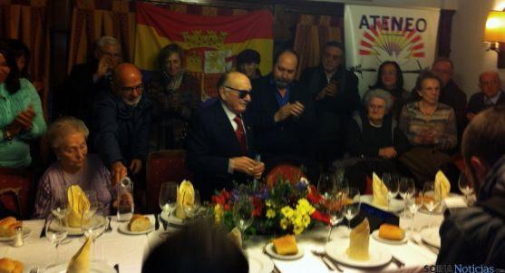 Cabrejas (ctro.) recibiendo el reconocimiento homenaj Mónico Vicente
