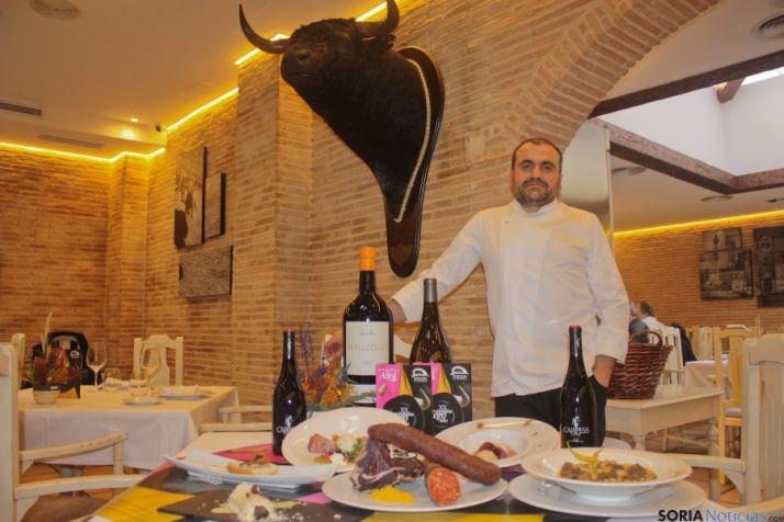 El chef Alberto López, junto a los platos de las jornadas