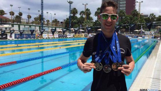 El nadador soriano con sus medallas.