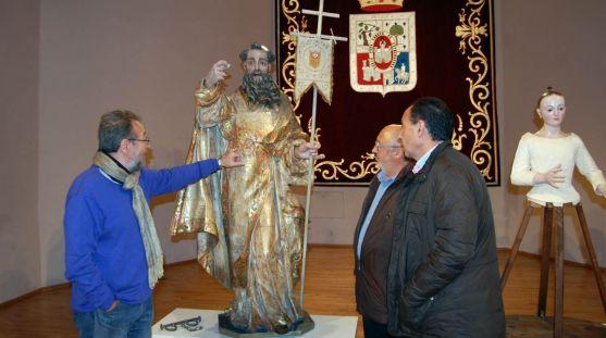 De la Casa (izda.) muestra los trabajos de restauración a Martínez y López (dcha.).