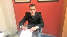 El capitán firmando el contrato. CDN