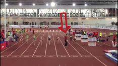 El juez en mitad de la pista a pocos metros de la meta.
