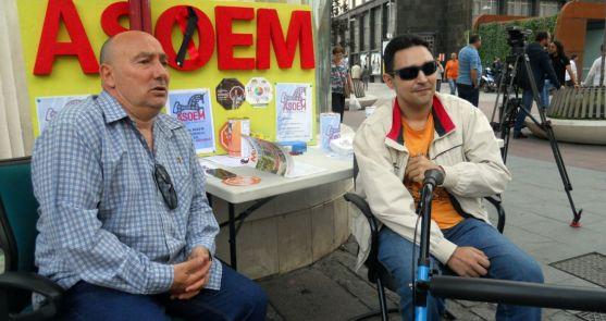 Juan Agustín Pérez, (izda.) con un miembro el colectivo este miércoles. /SN