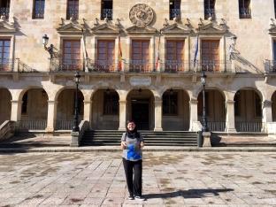 La concejala Ana Alegre con el premio de Aspapel.