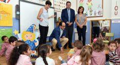 El delegado territorial (sentado ctro.) con el director provincial de Educación este jueves en Las Pedrizas. /Jta.