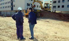 El concejal Javier Muñoz (dcha.) visitaba este martes las obras.