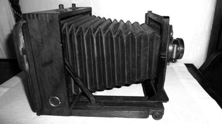 Una cámara fotográfica antigua.