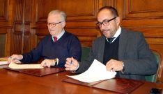 Luis Rey (dcha.) y Agustín Escolano en la rúbrica del acuerdo. /Dip.