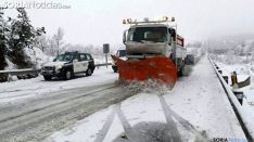 Una máquina quitanieves en una carretera de la provincia. /SN