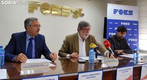 Santiago Aparicio (ctro.) junto a José María Izquierdo (izda.) y Jesús Mateo. /SN