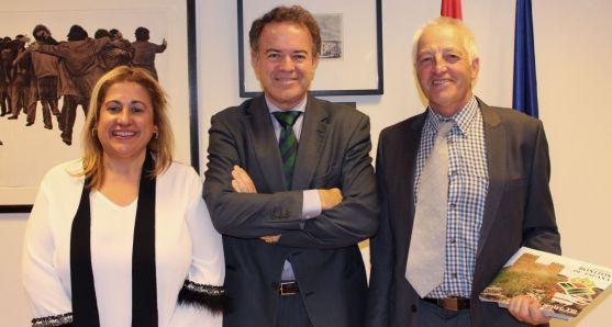 El alcalde, (dcha.) con el director de Bellas Artes y la subdelegada.