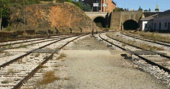 Vías de la estación de tren de Soria.