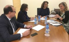 La alcaldesa, (dcha.), junto a la consejera y los procuradores Marimar Angulo y Pedro A. Heras.