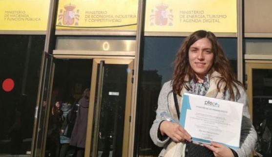 La estudiante, con su diploma en la sede del Ministerio de Economía, Industria y Competitividad.