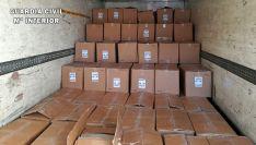 Las cajas con los pantalones recuperadas por la Guardia Civil. /GC