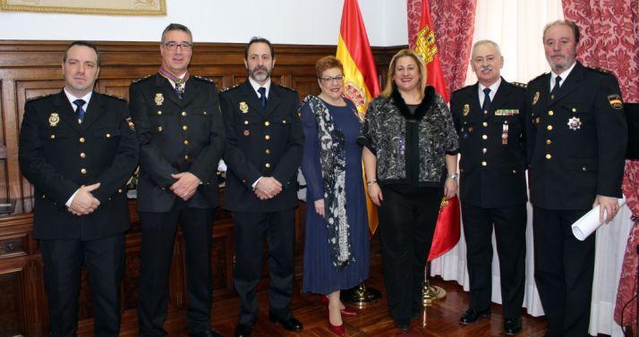 La subdelegada, 1ª por la derecha, junto a agentes y funcionarios condecorados y responsables del Cuerpo en Soria. /SdG
