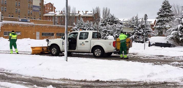 Empleados municipales ayer lunes en labores de limpieza. /Ayto.