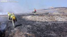 Personal anti incendios caminan sobre rescoldos en el incendio de Cigudosa el pasado verano. /SN