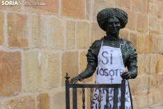 Estatua de Leonor Izquierdo, con un delantal colocado por la Asamblea Feminista. Bernat Díez.