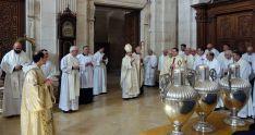 El obispo, con los presbíteros este Miércoles Santo en la catedral burgense.