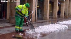 Un operario municipal despeja la nieve acumulada en El Collado. /SN