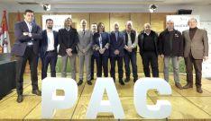 Representantes de Junta, partidos polítcos y OPAs tras la firma del documento.