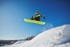 Un esquiador con snowboard en la nieve.