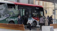 Usuarios del transporte de viajeros urbano en una imagen de archivo. /Freddy Páez.