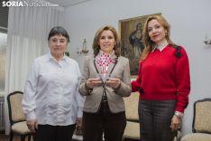 Inés Unanua (izq.), María Jesús Borobio y Eva Igea, con el Premio de Escuelas Católicas 2018. Freddy Paéz.