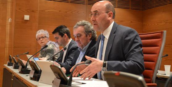Alonso, en primer término, durante su intervención en el Senado.