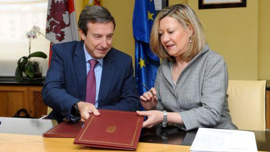 Pilar del Olmo y Fernando Irigoyen en la firma del acuerdo.
