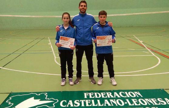 Javier (dcha.), con su entrenador y su compañera de equipo Ana Peñaranda.
