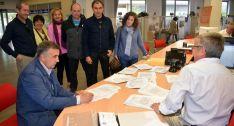 Mariano Prieto (sentado izda.) junto a compañeros del sindicato en la entrega de las firmas. /CSIF