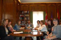 Reunión de Luis Rey, presidente de la Diputación, con las trabajadoras sociales.