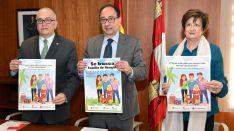 Modesto Fernández, Manuel López y Mª Paz Gil con los carteles de la campaña. /Jta.