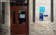 La entrada al establecimiento con el cartel del número premiado. /SN