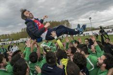 Eduardo Modrego, manteado después de que el San José lograse el ascenso a Tercera. CD San José.