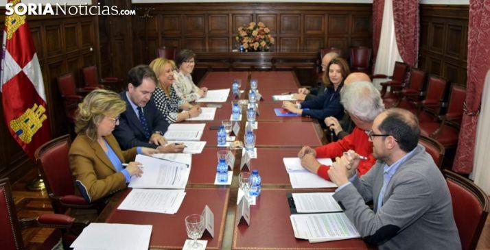Reunión entre la plataforma ciudadana y responsables estatales este viernes en la Subdelegación del Gobierno. /SN