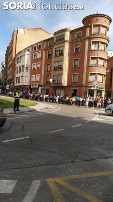 Largas colas en la parada de autobuses de El Espolón. SN.