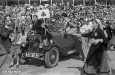 Unos sanjuaneros, en el interior de un coche, el Viernes de Toros - AHPSo 30643