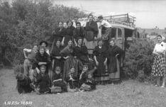 Piñorras en un autobús en Valonsdero. AHPSo 30840 Fondo Vives