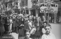 La cuadrilla de Santiago de 1952 desfilla por el Collado. AHPSo 30900 Fondo Vives