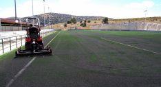 Labores en el campo de césped artificial de Los Pajaritos.